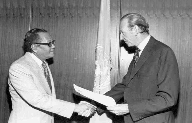 Mohamad Khir Johari  (kiri), Menteri Pelajaran Persekutuan Tanah Melayu.