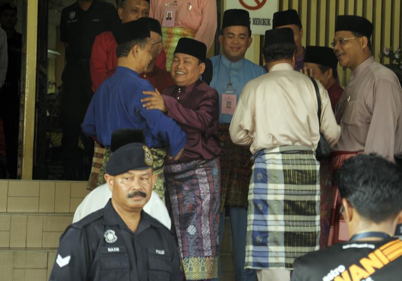 Ibrahim berdakapan dengan Johan Che Pa, di pusat penamaan calon Parlimen Pasir Mas, PRU 2013.