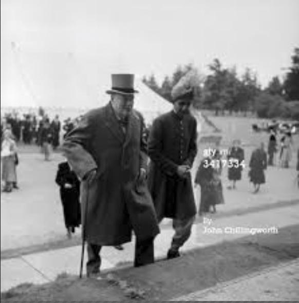 20hb Jun 1953: Perdana Mentor United Kingdom, Winston Churchill (1874 - 1965) bersama Sultan Kelantan, Malaysia, di Istana Blenheim, Oxfordshire, (Photo - John Chillingworth/Picture Post/Getty Images)